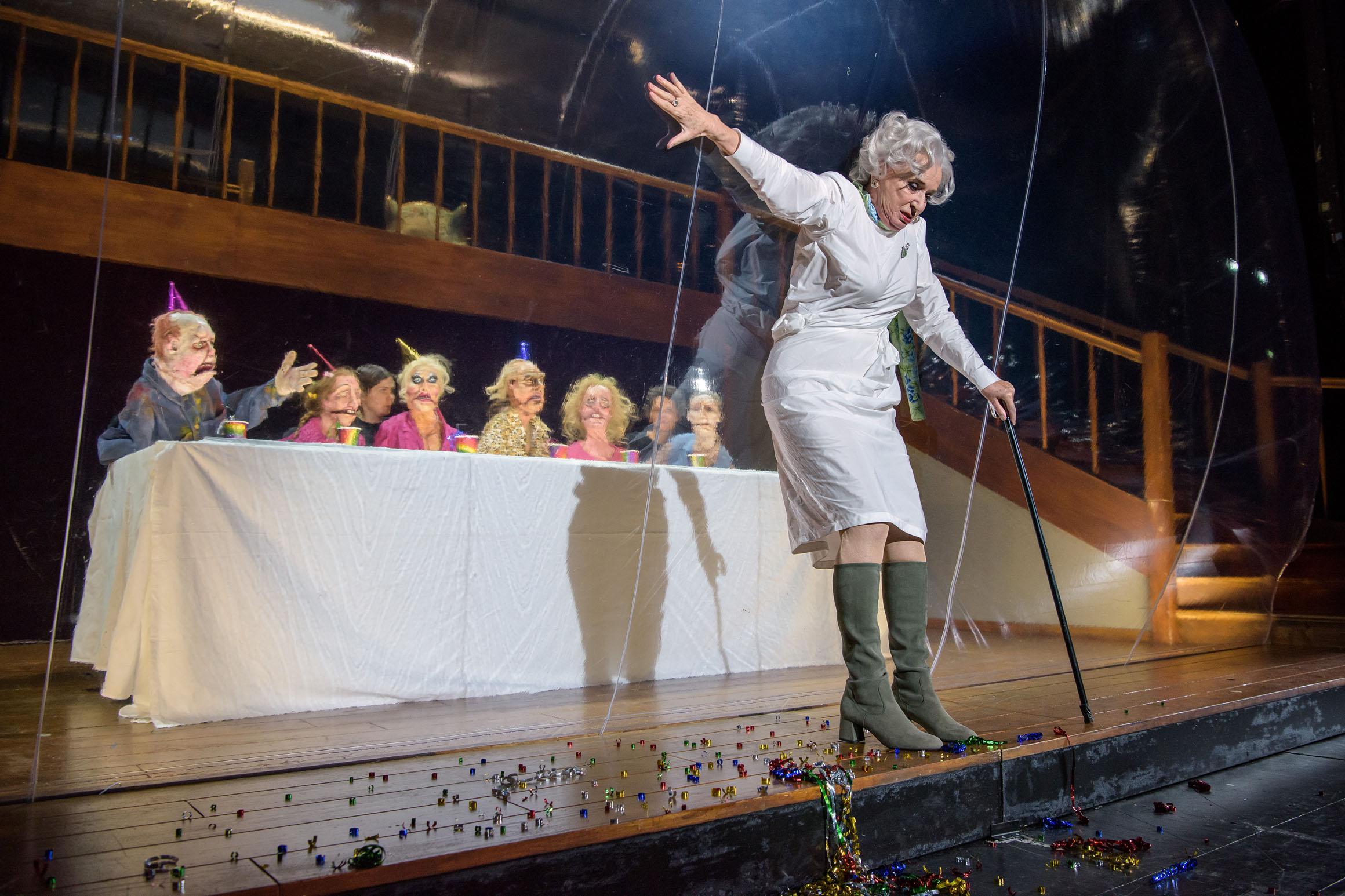 Frau Grollfeuer, die allmächtige Puppenspielerin