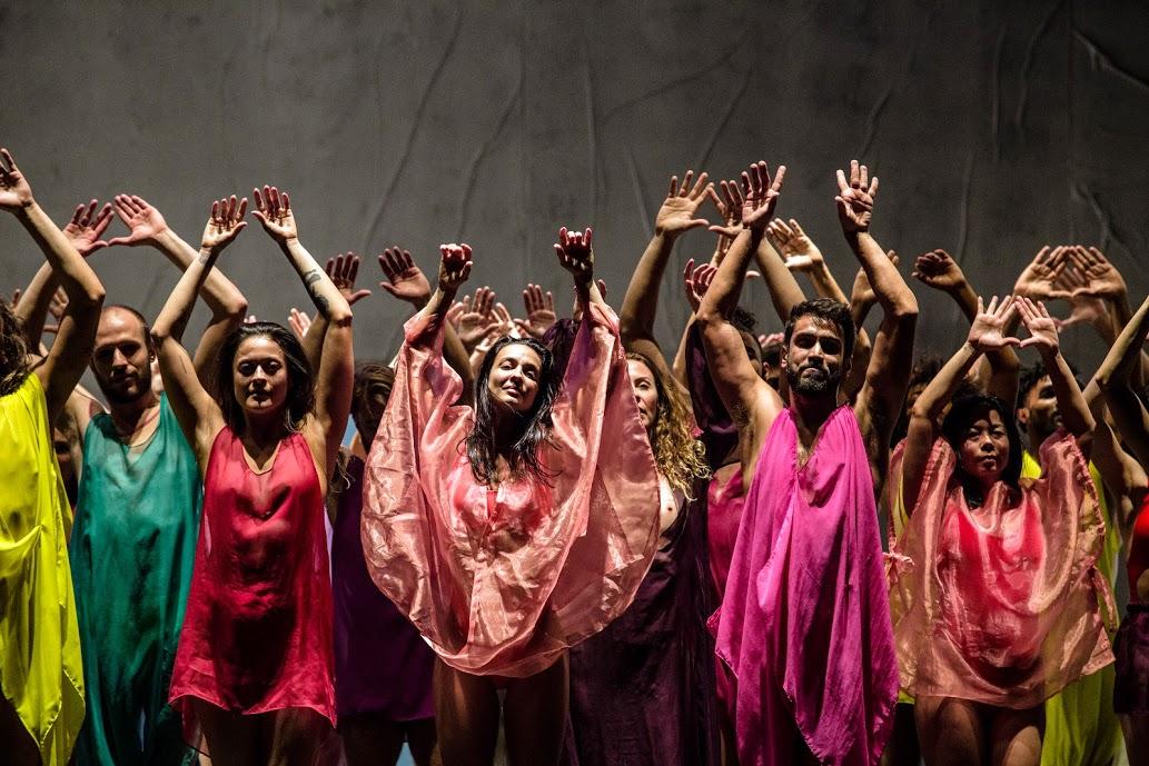 Pastellfarbene Körperfluten im Burgtheater